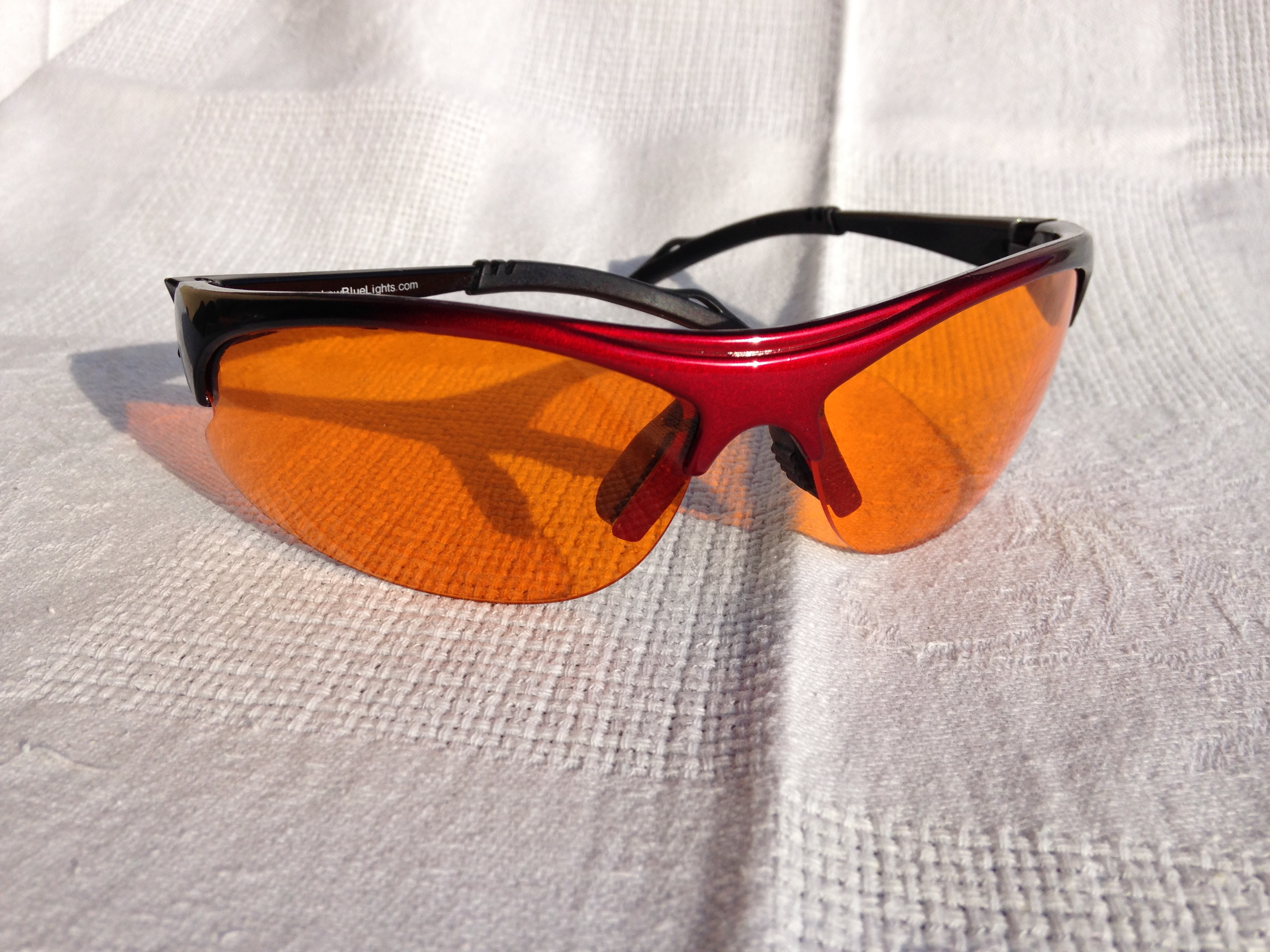 occhiali arancioni melatonina